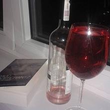 To mój wieczór! Butelka ulubionego wina w jednym kieliszku. Świeżo po trening...