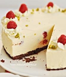 Sernikowy tort z malinami. ...