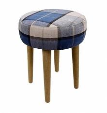 Stołek drewniany - taboret tapicerowany. Nogi wykonane z drewna, siedzisko ta...