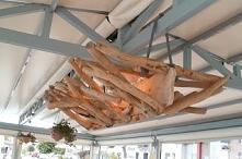 lampa z patyków wyrzuconych przez morze