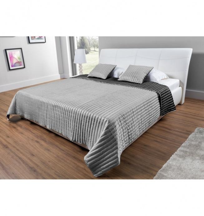 Stylowa, nowoczesna i elegancka narzuta na łóżko o wymiarach 160x220 cm w komplecie 2 szt. poszewek ozdobnych na poduszki. Piękna narzuta do wnętrz nowoczesnych, gdzie dominującym kolorem jest biały i szary.  Materiał poliestrowy, błyszczący - wysokiej jakości, miękki w dotyku. Można prać ! Narzuta w dwóch kolorach SREBRNY i CZARNY.