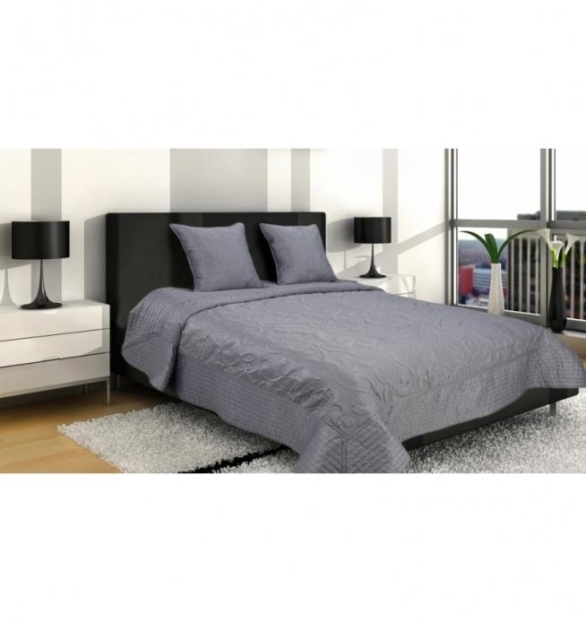 Piękna narzuta na łóżko wymiarach 160x220 cm + 2 poszewki 45x45 cm. Narzuta z efektownymi wzorami ornamentowymi. Dookoła obszyta pikowanym materiałem. Narzuta z naszyciami tworzącymi efektywne tłoczenia. Wyjątkowa ozdoba i dekoracja każdej sypialni. Materiał to matowa satyna 100 % poliester w kolorze grafitowym.
