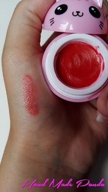 Metaliczny czerwony błyszczyk *ulubiona szminka (w moim wypadku był to ciemno czerwony matt) *wazelina *rozświetlasz *róż z drobinami opcjonalnie: możemy dodać cień z drobinami....