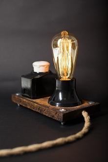 Lampa Edison Fuse - GaleriaPrzetwórnia Lampa wykonana z wykorzystaniem klasycznej żarówki Edisona oraz bezpiecznika elektrycznego. Całość umieszczona na dębowej desce, wyposażon...
