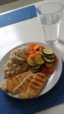 grilowana pierś z kurczaka,kasza perłowa jęczmienna i grilowana cukinia z marchewka :>