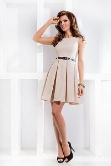 Sukienka z modelowanymi francuskimi cięciami/kontrafałdami. Całość uszyta na podszewce. Sukienka sprzedawana razem z paskiem. Kolor beżowy. Made in EU.
