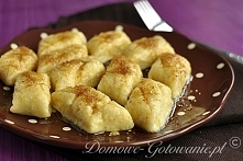 Leniwe pierogi       500g twarogu (półtłustego)     3 jajka     sól     1 szklanka mąki pszennej       Oddzielić żółtka od białek.     Ser utrzeć z żółtkami. (Najlepiej rozgniat...