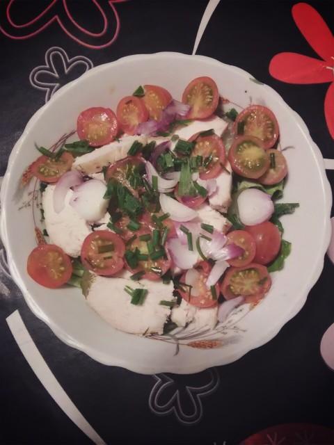 Kolacja: sałata zielona, ogórek kiszony, pomidorki koktajlowe, czerwona cebula, kurczak, szczypiorek, słonecznik no i oczywiście zielona herbata :)
