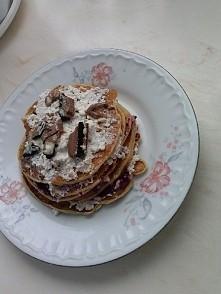 Pancakes przekładane białym serem i domowym dżemem z czarnej porzeczki, a na wierzchu kostka milki oreo :) Może nie wyglądają pięknie ale smakują genialnie.