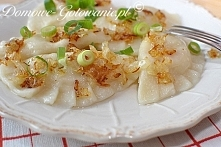 Pierogi ruskie z serkiem wiejskim 500g mąki pszennej 300ml bardzo ciepłej wody płaska łyżka soli Nadzienie: 800g ziemniaków (4 większe ziemniaki) 1 duża cebula 200g serka wiejsk...