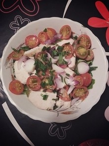 Kolacja: sałata zielona, ogórek kiszony, pomidorki koktajlowe, czerwona cebul...