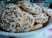 Moje jeszcze ciepłe ciasteczka :) Polecam serdecznie. Poniżej podaje przepis. To już kolejny przepisz na moim koncie, który robiłam.  PRZEPIS: -3 szklanki mąki -8 łyżek cukru -2...