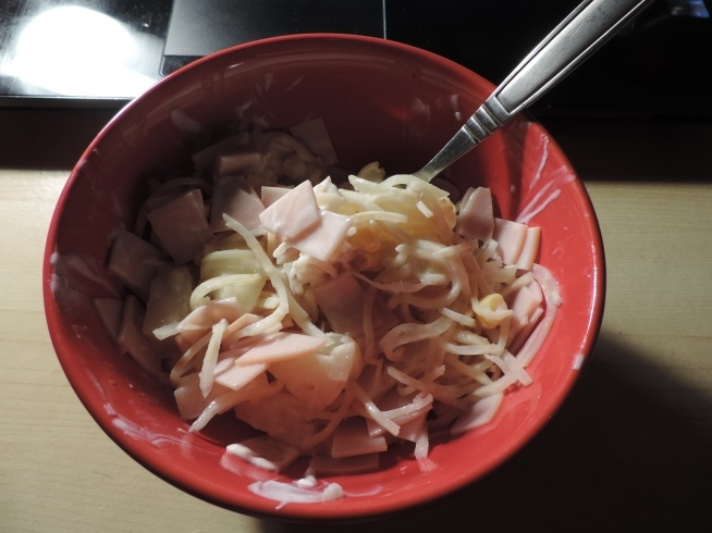 Kolacja: seler sałatkowy, ananas z puszki, kukurydza, polędwica z indyka i jogurt naturalny. Polecam, smaczne ^^