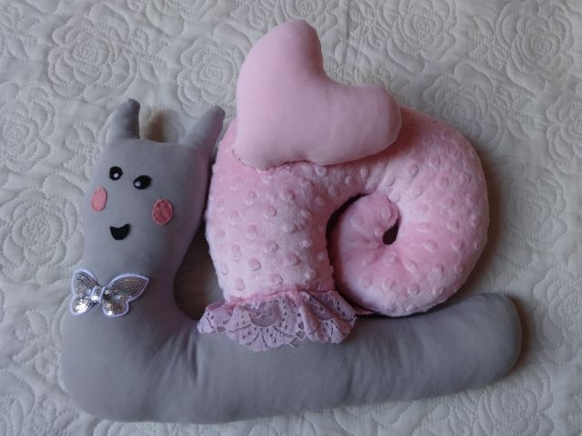 Ślimaczek. Miękki ślimaczek może służyć jako zabawka lub wygodna poduszka. Wszystkie elementy ręcznie szyte z materiału minky i dresówki. Zapraszam na boga aszi.blogsot.com i Artystyczne szycie i rękodzieło na fb.