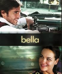 BELLA (2006)  Życie młodej kelnerki zmienia się całkowicie w chwili, gdy dowiaduje się, że jest w ciąży. Zwolniona z pracy, pozostawiona samej sobie próbuje stawić czoła nowej sytuacji. Z pomocą przychodzi jej kolega z pracy, którego obecność staje się początkiem czegoś nowego...