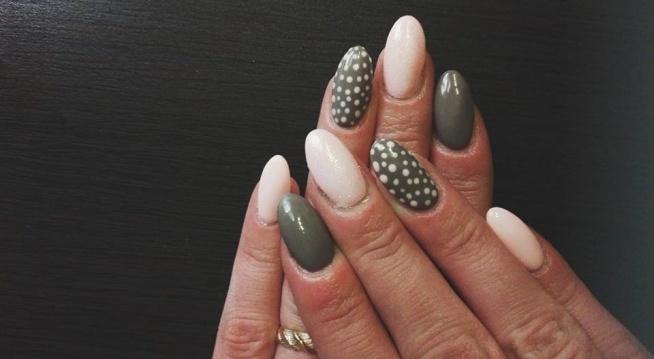 Paznokcie mojego autorstwa, pudrowy róż połączony z siwym daje świetny efekt a jeszcze bardziej go podbija syrenka na palcu środkowym oraz kropeczki na palcu serdecznym :) Jak wam się podoba ?