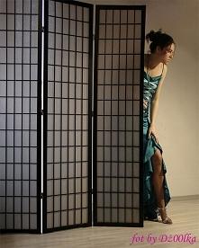 """""""Nieśmiały kopciuszek"""" - artystyczna fotografia w balowej sukni."""