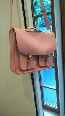 Sprzedam Torbę typu satchel bag firmy Spooky, w kolorze pastelowego różu.  Kupiona w TK Maxx. Mieści format A4. Posiada dwie kieszonki z przodu i jedna zapinaną na drobiazgi w ś...