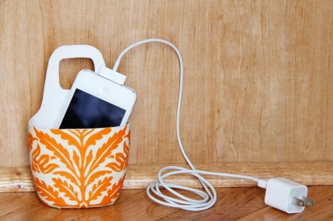Ten schowek na telefon został wykonany ze starej butelki plastikowej. fot. deavita.com
