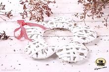 Wiklinowa biała zawieszka w kształcie kwiatka zawieszana na czerwono - białej tasiemce od koszyki.net.pl