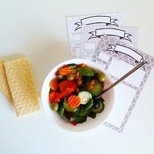 Warzywa na parze z tuńczykiem i chlebkiem jaglano-kukurydzianym. A w tle prze...