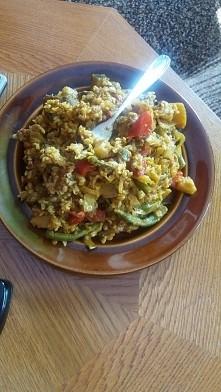 Vegańskie indyjskie warzywne curry z ziemniakami i brązowym ryżem