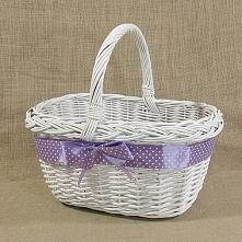 Wiklinowy koszyk w kolorze białym zdobiony fioletową wstążką