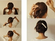 Błyskawiczne upięcie  1.    Rozdziel włosy na dwie części.   2.    Zwiąż je w dwa supełki.  3.    Końcówki włosów przypomnij wsuwkami.  4.    Dla lepszego efektu możesz wpiąć we...