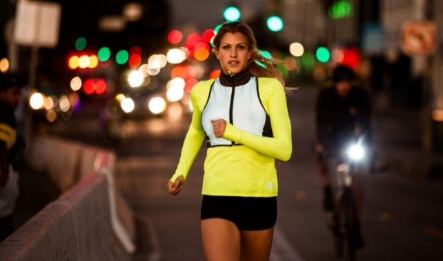Czy bieganie w nocy jest bezpieczne? Zobacz jak ćwiczyć w nocy i jakie korzyści są z treningu wieczorem.  *** LepszyTrener.pl najlepsci trenerzy w Polsce.