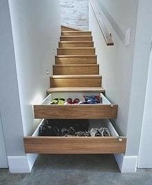schowek w schodach