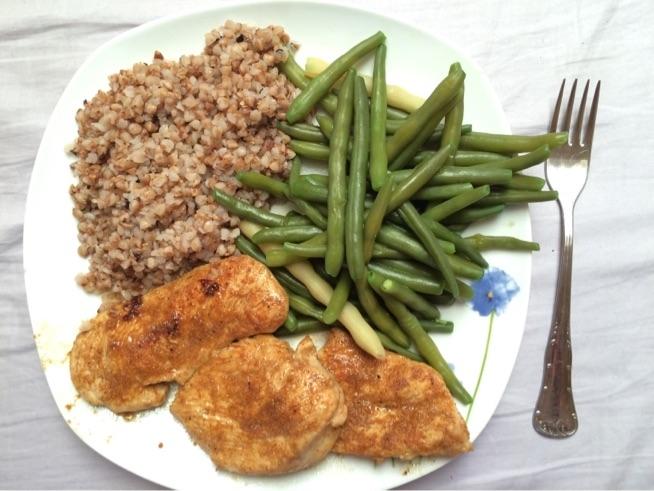 konkretny obiad ;) kasza gryczana, fasolka, pierś z kurczaka w przyprawyach ;)
