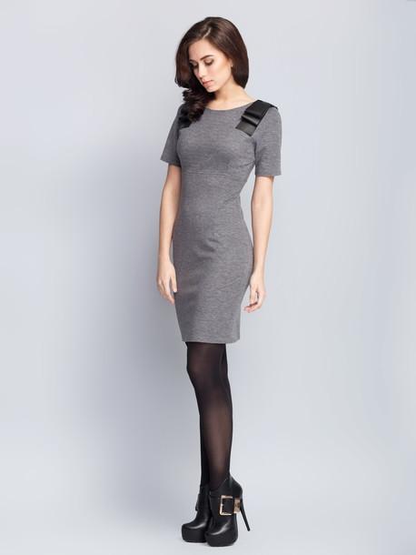 ROZMIAR: 38,40,42,  Sukienka o dopasowanym kroju wykonana z tkaniny o wysokiej rozciągliwości. Model posiada okrągły dekolt i podwyższoną talię, odcinana pod biustem. Na ramionach zdobienia z eko-skóry. Dla wygody ubioru na bocznym szwie został umieszczony zamek błyskawiczny.  Skład 55% poliester 40% bawełna 5% elastan Rozciągliwość wysoka (do 8 cm) Parametry długość do linii talii 38r- 89cm,42r-91cm; długość rękawu 38r-24cm, 42r-25cm Rodzaj materiału trykotaż Pielęgnacja wyrobów prasować w temperaturze 150°C, delikatnie przeprać w temperaturze do 30 ° C, nie wybielać