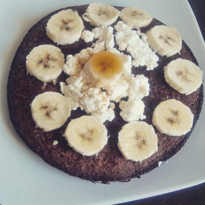 Udoskonalony omlet high carb  - 30g płatków jaglanych  - 20g płatków ryżowych - banan - 2 białka, 1 żółtko - 5 g kakao - duża szczypta cynamonu (opcjonalnie) - troszkę proszku do pieczenia - olej koko do smażenia - 25g twarogu na wierzch  W misce/ blenderze umieszczamy suche skłaniki dodajemy jajo, pół banana. Miksujemy na gładką masę. Smażymy na małym ogniu pod przykryciem 2-3 minuty, z drugiej strony tak samo. Podajemy z twarogiem i bananem... ja dodałam jeszcze łyżeczkę syropu karmelowego 0 kalorii z Sklep KFD :)  Wyszło w końcu puszyście ^_^