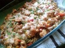 Gotujemy makaron i zmazymy kurczaka (doprawionego sól pieprz, przyprawa do ku...