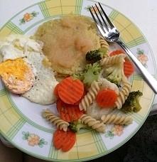 placek ziemniaczany z musem jabłkowym, jajko, makaron z warzywami