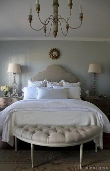 sypialnia pełna uroku, dekoracje do sypialni, poduszki do sypialni, lampy do sypialni