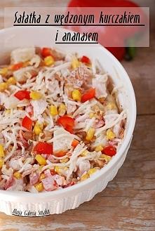 Sałatka z wędzonym kurczakiem i ananasem  Składniki:  1 wędzone udko kurczaka...