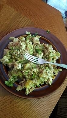codzienny vege obiadek czyli - kasza jaglana z tofu, brukselką, jabłkiem, ananasem oraz prażonymi orzechami w sosie sezamowym ❤❤