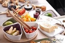 Zestaw czterech ceramicznych talerzy Taste na praktycznej, bambusowej tacy.