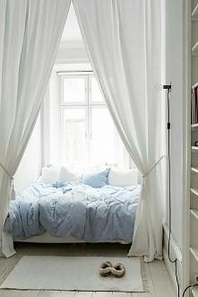 łóżko za zasłonką
