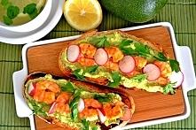 Grzanki z patelni z guacamole i pikantnymi krewetkami (nieco zmodyfikowany przepis z portalu Sortedfood).  Przepis (na 4 duże grzanki): - pół wiejskiego chleba (im bardziej popę...