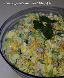 Sałatka brokułowa z szynką  Składniki: 25 dag szynki konserwowej kostka twardej fety 1 puszka kukurydzy 1 mały por 1 mały brokuł 4 jajka 1 mały zielony ogórek 2 łyżki majonezu 3...