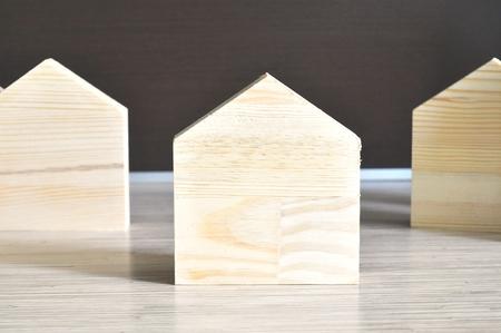 Drewniany skandynawski domek. Fajny w surowej postaci, ale nada się także do malowania lub obklejania.