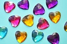 Boskie kryształki w kształcie serduszek, różne kolory i rozmiary.