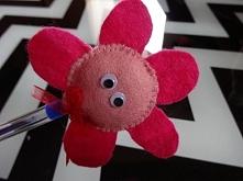 Kwiat - ozdoba na długopis. Nakładka na długopis rozweseli każda smutną chwilę. I jak już lepiej? aszi.blogspot.com