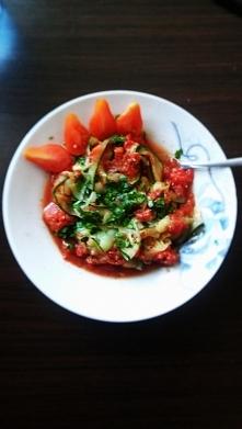 'spaghetti' z cukinii z pomidorami + natka pieruszki