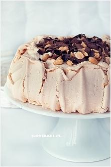 Orzechowy tort bezowy