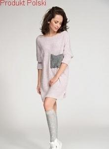 Sweter z kieszonką  - Luźny fason  - Ściągacze na rękawach  - Naszyta kieszeń  - Rozmiar uniwersalny oversize S-3XL  - Produkt Polski  - Skład: 100% Acryl