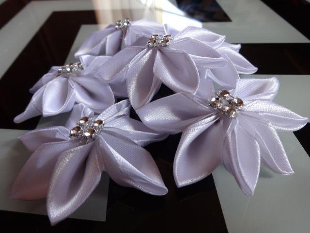 Kwiaty kanzashi we wstażki o szerokości 2,5 cm. Więcej na aszir.blogspot.com i na fb Artystyczne szycie i rękodzieło