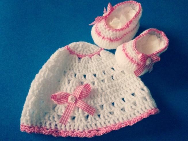 Szydełkowy komplet dla dziewczynki - buciki i czapeczka